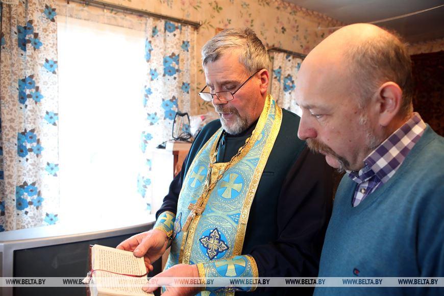 Священник отец Александр во время службы перед переносом иконы