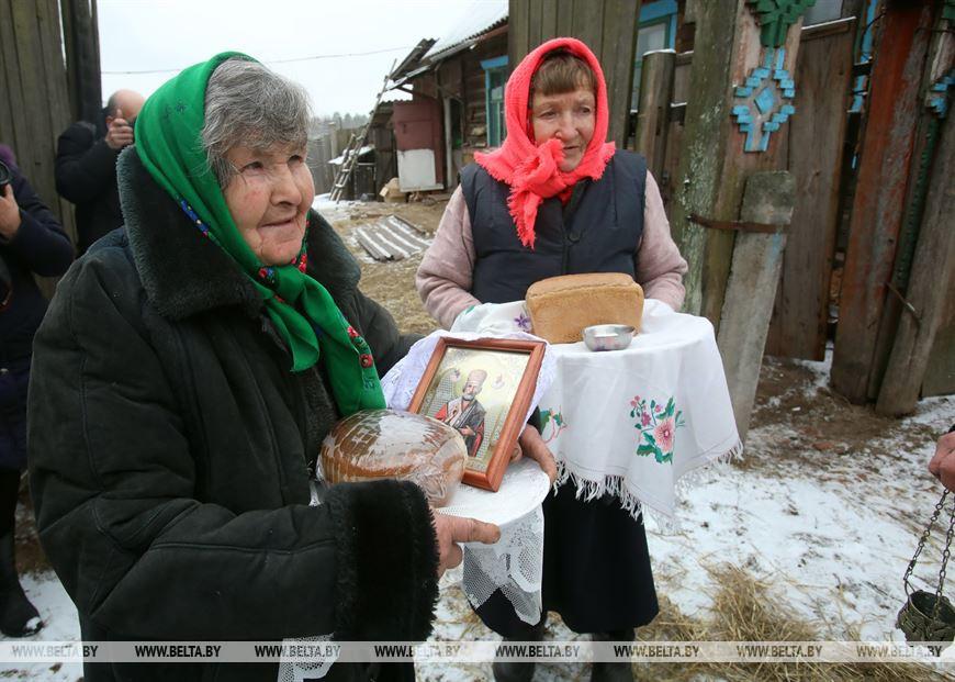 Прежняя хозяйка иконы Александра Домосканова и новая хозяйка иконы Елена Халиева