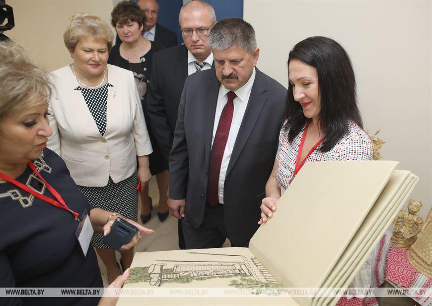 Председатель Гомельского облисполкома Геннадий Соловей во время знакомства с центром творчества