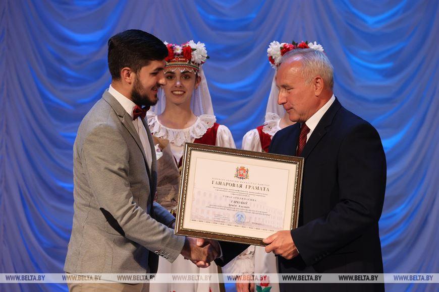 Николай Шерстнев вручает Почетную грамоту Витебского облисполкома Артему Горбукову
