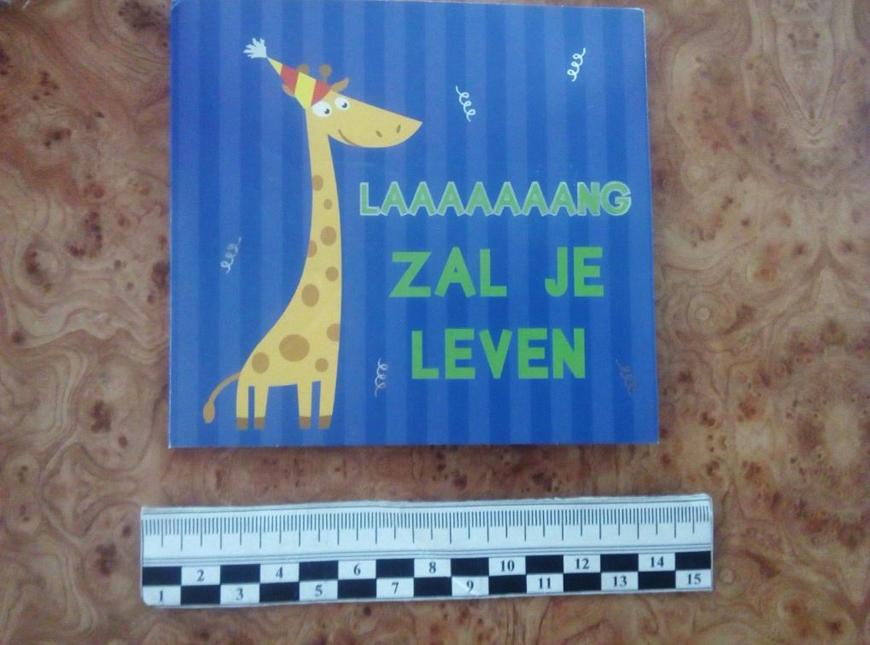 Пакет марихуаны, приклеенный внутри детской открытки
