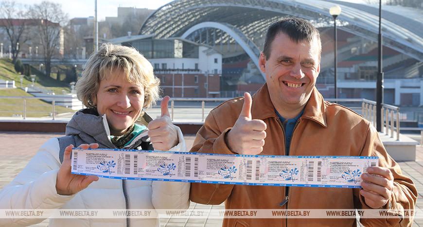 Елена Кожеко и Эдуард Пронченко из Смоленска приехали в Витебск приобрести билеты