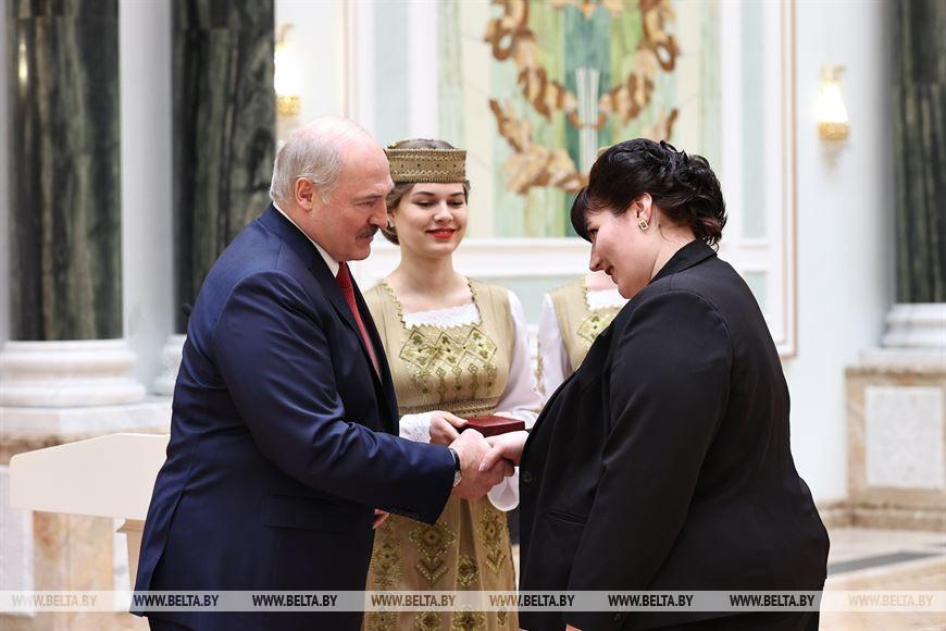 Методист Сенненского районного центра культуры и народного творчества Надежда Ковалева награждена орденом Матери