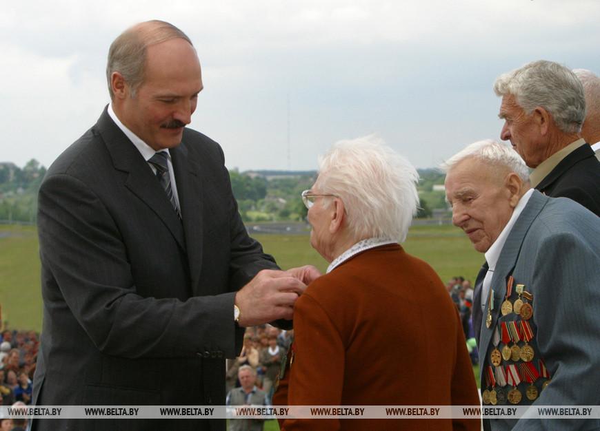 Президент Беларуси принял участие в торжественных мероприятиях на Кургане Славы, 2004 год