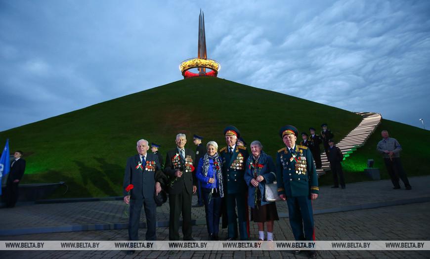 Во время церемонии по случаю приемки работ и включению новой подсветки мемориального комплекса Кургана Славы, 2015 год