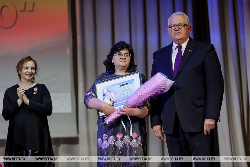 Министр образования Игорь Карпенко вручает диплом родителю-воспитателю отдела образования Дятловского райисполкома Людмиле Осипук-Фатон