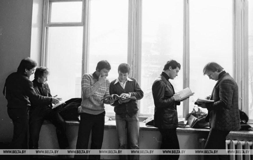 Зимняя сессия в БГУ им. В.И. Ленина. За пять минут до экзамена, 1982 год