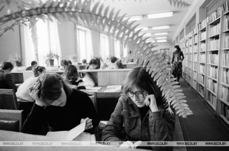 Зимняя сессия в БГУ им. В.И. Ленина. В читальном зале библиотеки, 1982 год