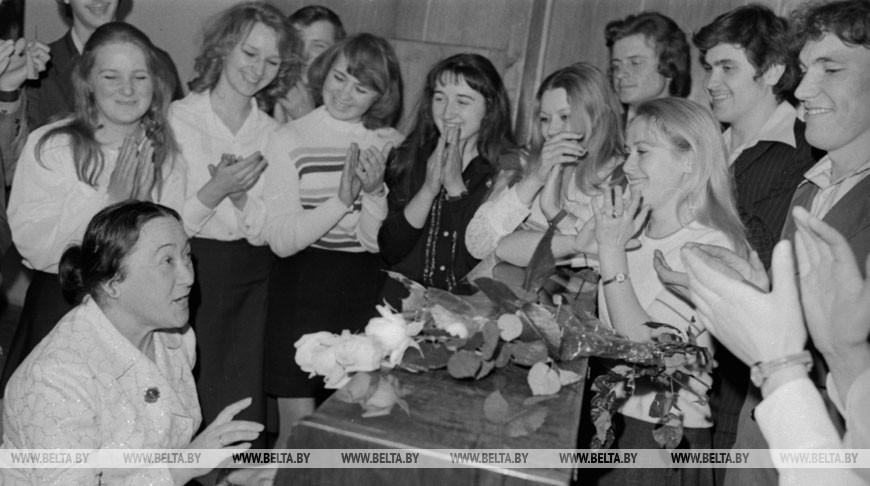 Минский институт культуры. Белорусская поэтесса Эди Огнецвет среди студентов, 1977 год