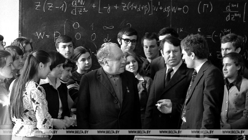 Академик Николай Павлович Еругин среди студентов и преподавателей механико-математического факультета БГУ, 1977 год