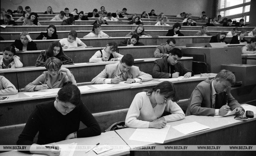 В вузах республики начались вступительные экзамены, 2000 год