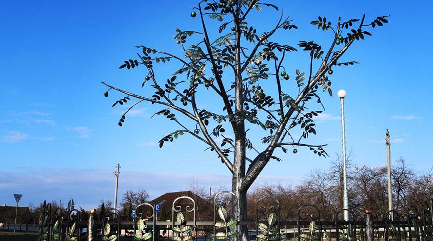 В Каменце Брестской области установили памятник грецкому ореху.