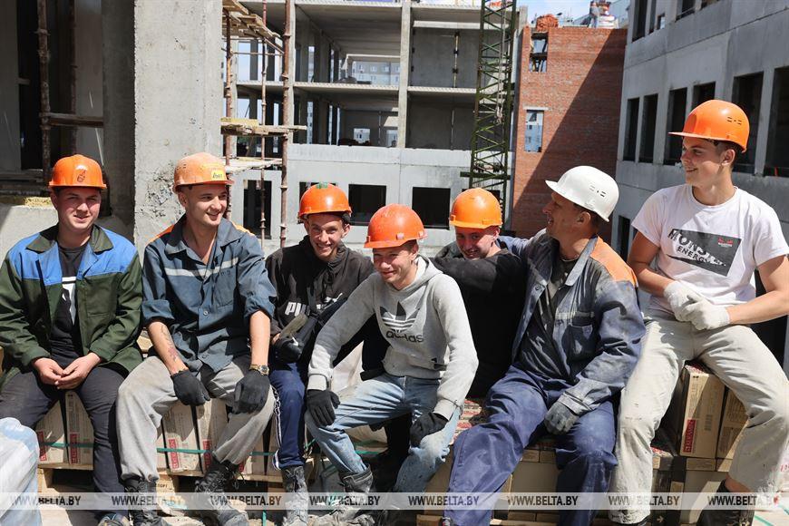 Бойцы строительного отряда и их наставник Виктор Копалеишвили