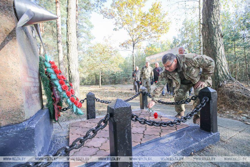 Первый заместитель председателя Брестского облисполкома Валентин Зайчук возлагает цветы к могиле неизвестного летчика, погибшего в первые дни Великой Отечественной войны.
