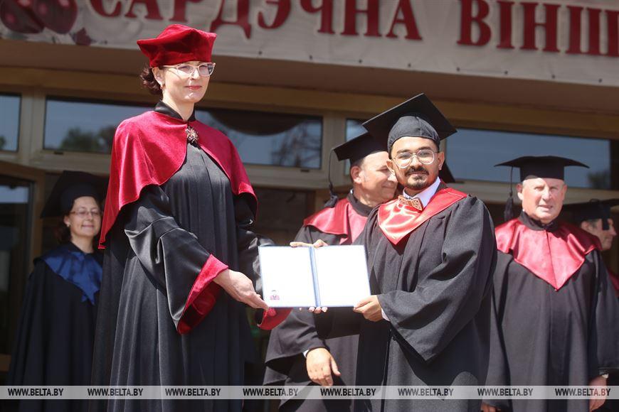 Ректор Гродненского государственного медицинского университета Елена Кроткова вручает дипломы