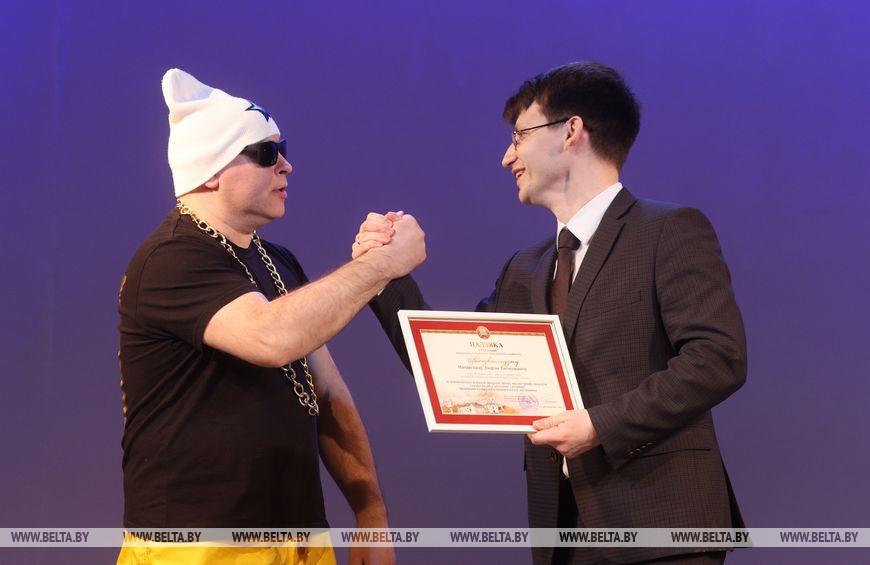 Заместитель председателя Витебского горисполкома Виктор Глушин награждает Алексея Макарского