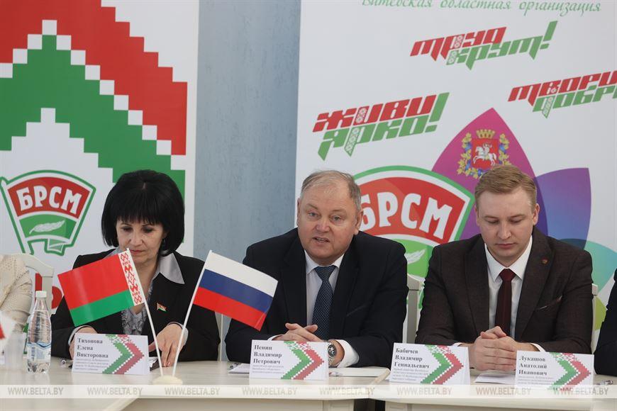 Заместитель председателя Витебского облисполкома Владимир Пенин (в центре)