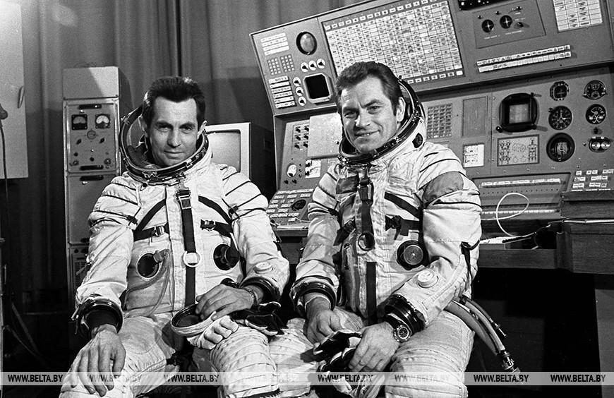Космонавты Владимир Ковалёнок и Александр Иванченков перед полетом в космос в 1978 году