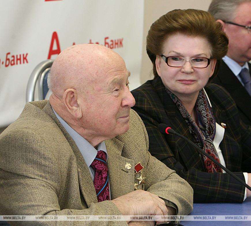 Летчик-космонавт, дважды Герой Советского Союза Алексей Леонов и первая женщина-космонавт Валентина Терешкова. 2009 год