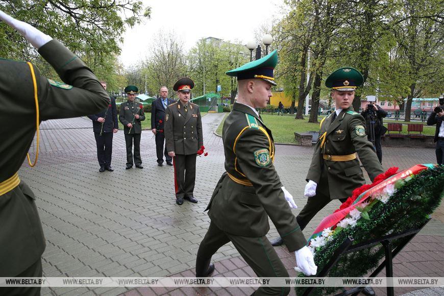 Заместитель председателя ГПК Игорь Печень во время возложения