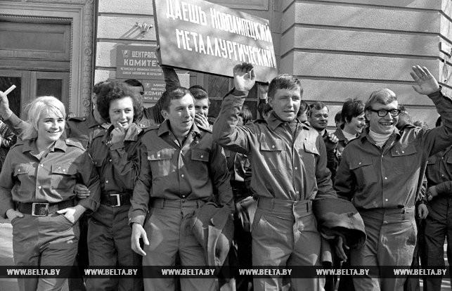 По призыву партии комсомол отправляет своих посланцев на строительство Липецкого металлургического комбината. Март 1973 года.